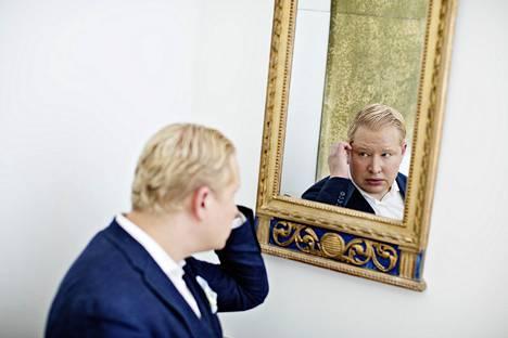 """""""Johtamisessa on paljon näytelmällisyyttä"""", Aalto-yliopiston johtamiskoulun toimitusjohtaja ja työelämäprofessori Pekka Mattila sanoo."""