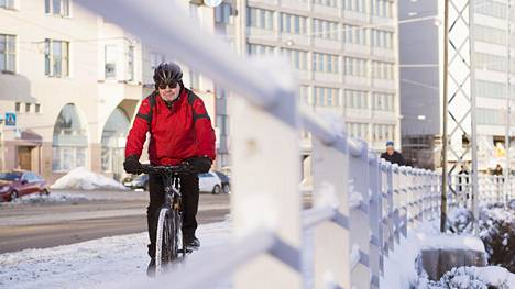 Kestävän kehityksen johtava asiantuntija Ilkka Sipiläinen toteuttaa ekologista elämäntapaa muun muassa pyöräilemällä läpi vuoden työpaikalleen Kirkkohallitukseen.