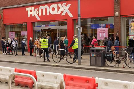 Isojen brändien ylijäämiä halvalla myyvän TK Maxx -kaupan edessä Lontoon Hammersmithissä oli maanantaina jonoa.