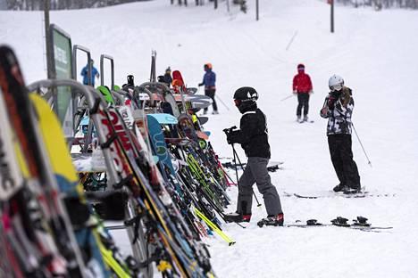 Ravintoloiden toimintaan puuttuminen sulkee ovia ja hankaloittaa muun muassa päivän viettämistä hiihtokeskuksessa, arvioi Lapin sairaanhoitopiirin johtajaylilääkäri Jukka Mattila. Laskettelijoita Levillä 22. helmikuuta.