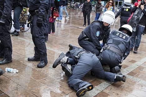 Kun fasismia vastustavia mielenosoittajia siirrettiin Narinkkatorin laidalle, yksi henkilö otettiin kiinni.