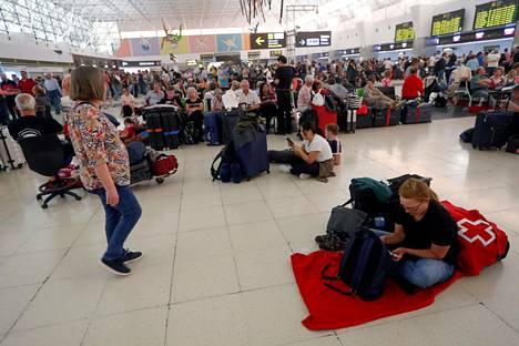 Las Palmasin lentoasema Gran Canarian saarella täyttyi lentojaan odottavista matkustajista sunnuntaina.