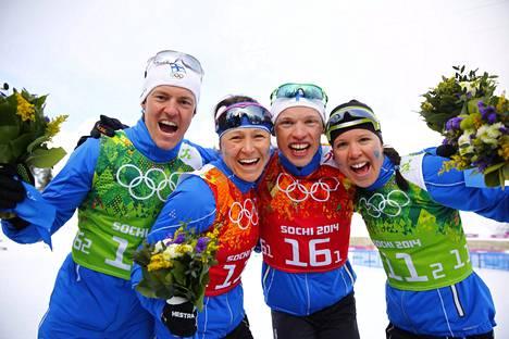 2014 Sotšin olympialaisissa Sami Jauhojärvi (vas.), Aino-Kaisa Saarinen, Iivo Niskanen ja Kerttu Niskanen juhlivat samana päivänä sprinttiviestin kultaa ja hopeaa.