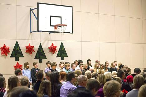 Koulujen joulujuhliin liittyvässä kantelussa ei ollut kyse vapaaehtoisesta kirkkokäynnistä, vaan koulun yhteisestä päättäjäisjuhlasta. Kuva koulun liikuntasalissa pidetystä koulun joulujuhlasta Lohjalla vuonna 2013.