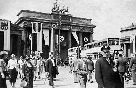 Berliinin Brandenburgin portti 2. elokuuta 1936 saksalaisen amatöörikuvaajan kuvaamana.