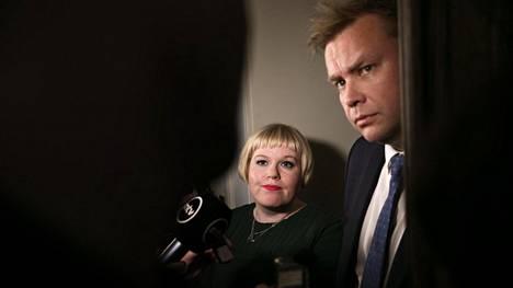 Perhe- ja peruspalveluministeri Annika Saarikko (kesk) ja keskustan eduskuntaryhmän puheenjohtaja Antti Kaikkonen kommentoivat valinnanvapausesitystä torstaina.
