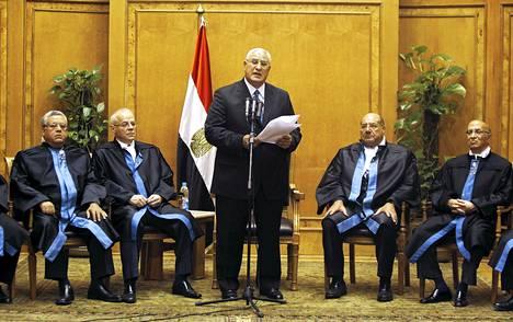 Virkavalan myötä perustuslakituomioistuimen puheenjohtaja Adli Mansurista tuli Egyptin väliaikainen presidentti.