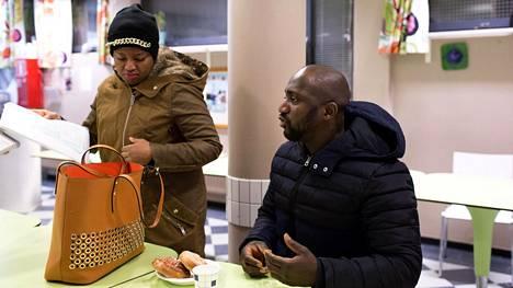 Kolmannella kuulla raskaana oleva guinealaistaustainen Marie Louise Camara odottaa oleskelulupaa Suomeen. Hänen puolisollaan Vieux Kouyatella on Suomen passi. He joutuivat hakemaan neuvolapalveluja Global Clinicistä, sillä Vantaan neuvolat eivät suostuneet ottamaan Camaraa hoitoon.