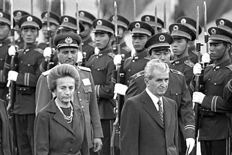 Romanian presidentti Nicolae Ceausescu vaimonsa Elenan kanssa valtiovierailulla Kiinassa vuonna 1988.