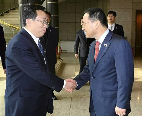 Pohjois-Korean puolelta neuvotteluja johtaa Koreoiden välisistä suhteista vastaavan viraston johtaja Won Tong-yon (vas.)ja Etelä-Koreasta neuvotteluun osallistuu kansallisen turvallisuuden varajohtaja Kim Kyou-hyun.