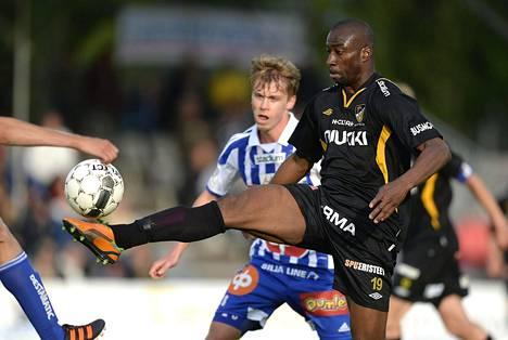 Kesäkuussa 2013 Abdoulaye Meite kamppaili Hongan riveissä pallosta HJK:n Rasmus Schüllerin kanssa.
