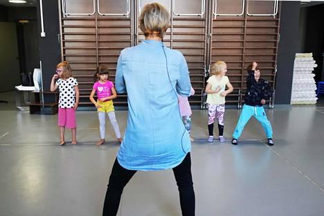 Varhaiskasvatuksen opettaja Anna Levón ohjaa Mehudisco-tanssia Siinalle, Moiralle, Milalle ja Leeville Franzénian päiväkodissa Helsingissä. Vanhempien luvalla lapsista käytetään vain etunimiä.