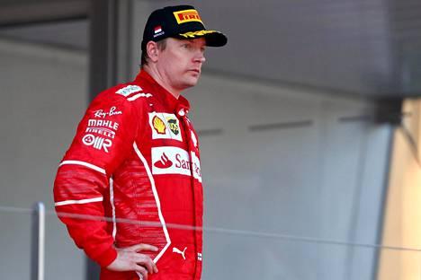 Kimi Räikkösen huumori oli koetuksella Monacon palkintopallilla.