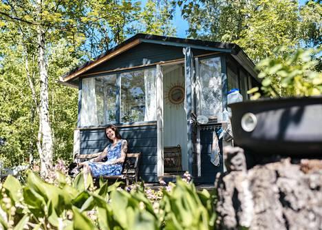 Henna Hietamäki ja Paksuli-kissa viettävät ensimmäistä kesäänsä Kivinokassa.