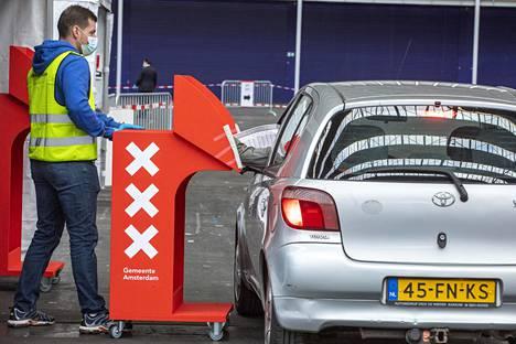 Amsterdamin messukeskuksessa voi äänestää autossa. Vaalirauhaa suojaa äänestyskoppi, joka tuodaan auton viereen.