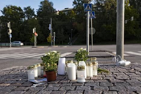 Kynttilöitä Meilahdentien ja Paciuksenkadun onnettomuuspaikalla Helsingin Meilahdessa lauantaina.