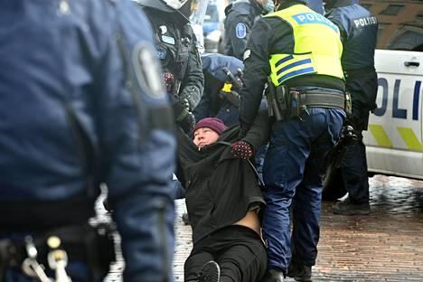 Poliisi otti mielenosoittajia kiinni niskoittelun takia. Kuva on Kauppatorilta.
