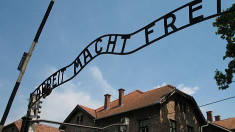Auschwitz Birkenau -keskitysleirimuseon sisäänkäynti.