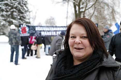 Terhi Kiemunki Rajat kiinni -mielenosoituksessa Tampereella 23. tammikuuta.