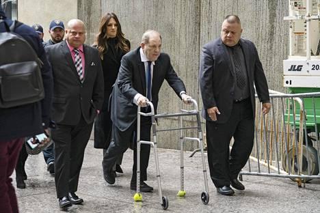 Elokuvatuottaja Harvey Weinstein avustajineen kävelemässä oikeussaliin New Yorkissa joulukuussa vuonna 2019.
