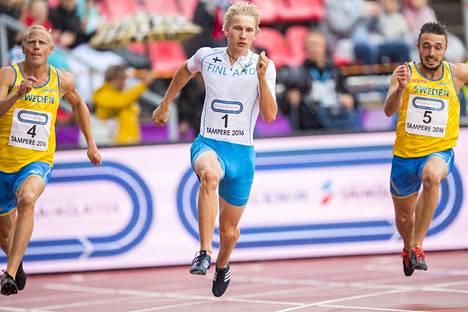 Tämän hetken ohjeilla Ruotsi-ottelussa ei voitaisi kilpailla niin, että Samuli Samuelsson juoksisi kahden ruotsalaisen välissä. Kuva Ruotsi-ottelusta vuodelta 2016.