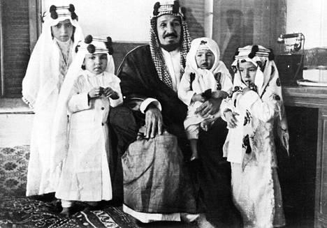 Saudi-Arabian perustaja Abdulaziz Ibn al-Saud yhteiskuvassa neljän lapsensa maaliskuussa 1935.
