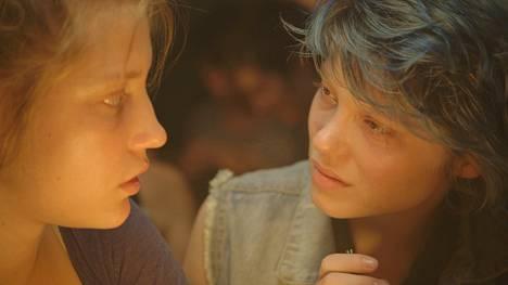 Adèle Exarchopoulos (vas.) ja Léa Seydoux esittävät rakastavaisia elokuvassa Adélen elämä.