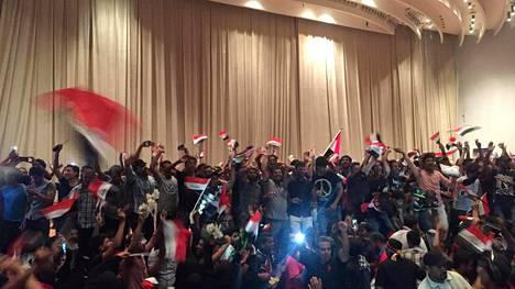 Muqtada al-Sadrin kannattajat osoittivat mieltään lauantaina Irakin parlamentissa Bagdadissa.