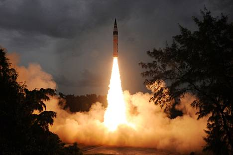 Intia teki onnistuneen ohjuskokeen syyskuussa Wheeler Islandin tukikohdassa Intian itärannikolla. Laukaistu Agni-V-ohjus kykenee kantamaan ydinkärkeä.