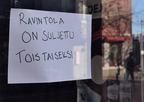 Ravintolat ovat tyhjentyneet koronarajoitusten vuoksi. Yritysten ahdinko heijastuu suoraan pääkaupunkiseudun kuntien talouteen.