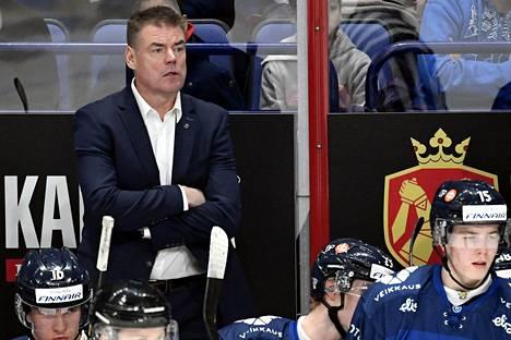 Päävalmentaja Raimo Helminen seurasi välillä tyynen ja välillä kireän näköisenä joukkueensa peliä.