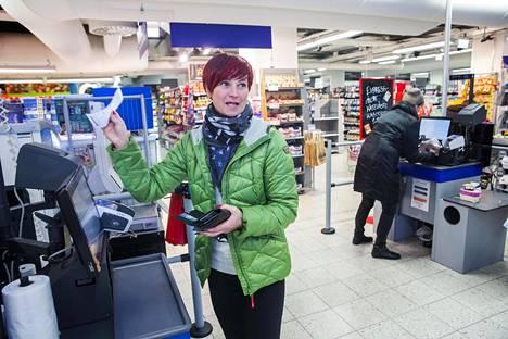 """""""Tämä on niin helppoa!"""" huudahti Kaire Mäeste käytettyään ensi kertaa itsepalvelukassaa Postitalon K-supermarketissa Helsingin keskustassa"""
