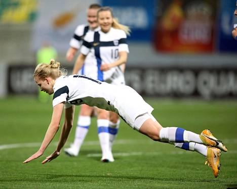 Kaisa Collin tuuletti 4–0-maaliaan heittäytymällä kentän pintaan.