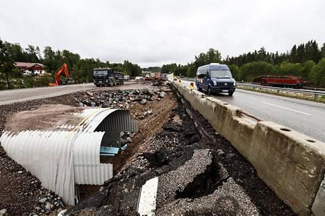 Liikennevirasto esitteli Valtatie 1:n lisäkaistat -hanketta välillä Kehä II - Tuomarila ja sen rakennuskohteita Espoossa heinäkuussa. Kuvassa näkyy rakenteilla oleva kevyenliikenteen uusi alikulku.