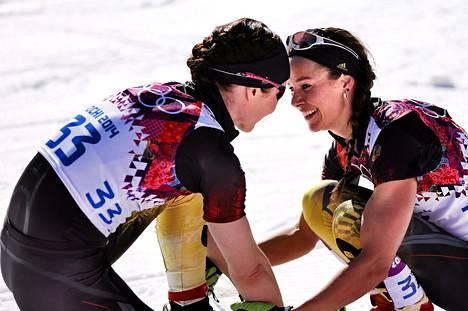 Katrin Zeller (vas.) ja Stefanie Böhler olivat hymyssä suin naisten kymmenen kilometrin (p) olympiahiihdon jälkeen.