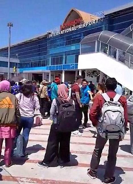 Sosiaalisessa mediassa jaetussa kuvassa näkyy Lombokin lentoaseman ulkopuolelle sunnuntaina evakuoituja matkustajia.