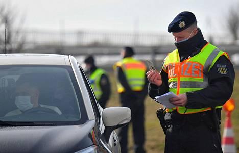Saksan poliisi pysäytti rajan yli pyrkiviä autoja torstaina Tšekin rajalla Bad Gottleuba-Berggießhübelissa.