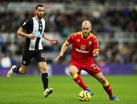 Teemu Pukki yritti ohittaa Newcastlen Nabil Bentalebin joukkueiden kohtaamisessa lauantaina.