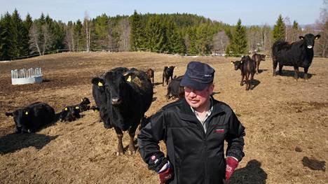 Maanviljelijä Juha Rissanen kertoo suhtautuvansa EU:hun kriittisesti. Byrokratia ja  kaikenlaiset tarkastukset turhauttavat.