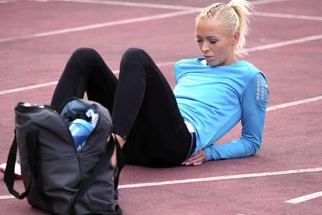 Annimari Korte keskittymässä ennätysjuoksuunsa Lapinlahdella.