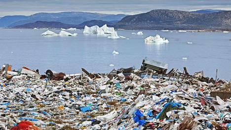 Jäälautat ovat ajelehtineet kaatopaikan läheisyyteen Grönlannin Ilulissatissa.