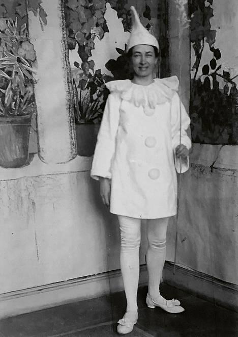 Hilma af Klint naamiaisasussa taiteilija Ottilia Adelborgin syntymäpäivillä vuonna 1905. Kuva oli esillä Millesgårdenin näyttelyssä syksyllä 2019. – Kirjan kuvitusta.