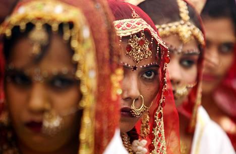 Intialaisia morsiamia joukkohäissä Ahmedabadissa viime marraskuussa.