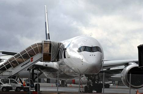 Lentoyhtiö Finnairin matkustajakone hiljaisella Helsinki-Vantaan lentokentällä Vantaalla viime lokakuussa.