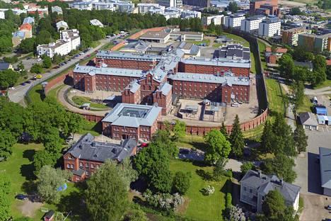 Sörnäisten vankilan noin 100 000 neliömetrin tontilla asuu 250 ihmistä. Ympärillä kaupunki levittäytyy tiheänä.