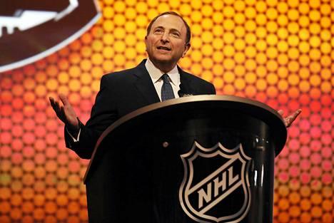 NHL ja komissaari Gary Bettman joutuvat puolustamaan tv-lähetyksiä koskevaa toimintaansa oikeudessa.