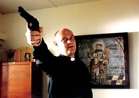 Rikos ja rakkaus -elokuvassa pastori Rikkilällä (Tomi Salmela) menee hermot.