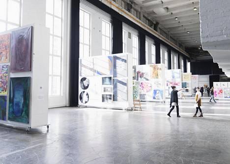 Perjantaina Kaapelitehtaalla oli vielä autiota. Silloin hallissa kiersi muun muassa julkisiin tiloihin taidetta hankkiva Valtion taideteostoimikunta.