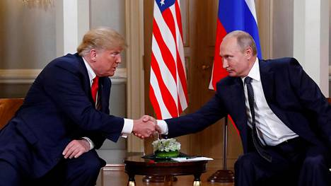 Presidentit Donald Trump ja Vladimir Putin kättelivät tapaamisensa aluksi Presidentinlinnassa Helsingissä maanantaina.