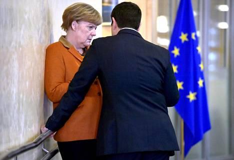 Saksan liittokansleri Angela Merkel ja Kreikan pääministeri Alexis Tsipras keskustelivat Brysselissä lokakuussa 2015.
